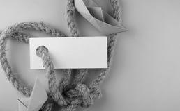 Μονοχρωματική αυτοκόλλητη ετικέττα φωτογραφιών με το παχύ πλεγμένο έγγραφο σχοινιών και σκαφών Στοκ Φωτογραφία