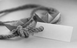 Μονοχρωματική αυτοκόλλητη ετικέττα φωτογραφιών με το παχύ πλεγμένο έγγραφο σχοινιών και σκαφών Στοκ Εικόνα