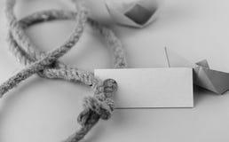 Μονοχρωματική αυτοκόλλητη ετικέττα φωτογραφιών με το παχύ πλεγμένο έγγραφο σχοινιών και σκαφών Στοκ φωτογραφία με δικαίωμα ελεύθερης χρήσης