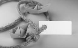 Μονοχρωματική αυτοκόλλητη ετικέττα φωτογραφιών με το παχύ πλεγμένο έγγραφο σχοινιών και σκαφών Στοκ φωτογραφίες με δικαίωμα ελεύθερης χρήσης