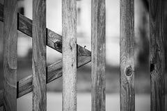 Μονοχρωματικός εκλεκτής ποιότητας παλαιός ξύλινος φράκτης στο χωριό στοκ εικόνες