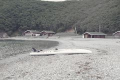 Μονοχρωματικός κόλπος λόφων φύσης χαλικιών νερού θερινών τοπίων ακτών Defocus στοκ φωτογραφίες