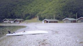 Μονοχρωματικός κόλπος λόφων φύσης χαλικιών νερού θερινών τοπίων ακτών εμβλημάτων Defocus στοκ εικόνα με δικαίωμα ελεύθερης χρήσης