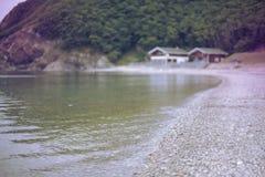 Μονοχρωματικός κόλπος λόφων φύσης χαλικιών νερού θερινών τοπίων ακτών Defocus στοκ φωτογραφία με δικαίωμα ελεύθερης χρήσης