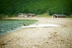 Μονοχρωματικός κόλπος λόφων φύσης χαλικιών νερού θερινών τοπίων ακτών Defocus στοκ φωτογραφία