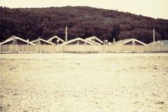 Μονοχρωματικός κόλπος λόφων φύσης χαλικιών νερού θερινών τοπίων ακτών σουρεαλησμού Defocus στοκ εικόνες με δικαίωμα ελεύθερης χρήσης