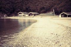 Μονοχρωματικός κόλπος λόφων φύσης χαλικιών νερού θερινών τοπίων ακτών σουρεαλησμού Defocus στοκ φωτογραφία με δικαίωμα ελεύθερης χρήσης