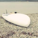 Μονοχρωματικός κόλπος λόφων φύσης χαλικιών νερού θερινών τοπίων ακτών Defocus στοκ εικόνες με δικαίωμα ελεύθερης χρήσης
