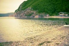 Μονοχρωματικός κόλπος λόφων φύσης χαλικιών νερού θερινών τοπίων ακτών Defocus Στοκ Εικόνες