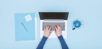 Μονοχρωματικός χώρος εργασίας με το lap-top στοκ φωτογραφίες με δικαίωμα ελεύθερης χρήσης