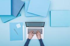 Μονοχρωματικός χώρος εργασίας με το lap-top στοκ εικόνα
