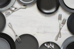 Μονοχρωματικό επιτραπέζιο σκεύος στο άσπρο ξύλο Στοκ Φωτογραφίες