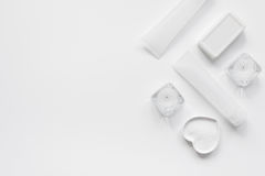 Μονοχρωματικό καλλυντικό που τίθεται για τη SPA στην άσπρη χλεύη άποψης υποβάθρου τοπ επάνω Στοκ φωτογραφία με δικαίωμα ελεύθερης χρήσης