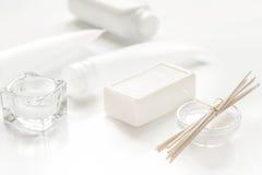 Μονοχρωματικό καλλυντικό που τίθεται στην έννοια SPA στο άσπρο υπόβαθρο Στοκ εικόνες με δικαίωμα ελεύθερης χρήσης