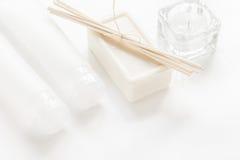 Μονοχρωματικό καλλυντικό που τίθεται στην έννοια SPA στο άσπρο υπόβαθρο Στοκ φωτογραφία με δικαίωμα ελεύθερης χρήσης