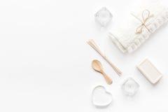 Μονοχρωματικό καλλυντικό που τίθεται στην έννοια SPA στο άσπρο υπόβαθρο Στοκ Εικόνες
