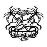 Μονοχρωματικό λογότυπο, έμβλημα, κορίτσι surfer Κάνοντας σερφ στα κύματα, η παραλία, Σαββατοκύριακο, ακραίος αθλητισμός επίσης co Στοκ Εικόνες