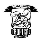 Μονοχρωματικό λογότυπο, έμβλημα, κορίτσι surfer Κάνοντας σερφ στα κύματα, η παραλία, Σαββατοκύριακο, ακραίος αθλητισμός επίσης co Στοκ Φωτογραφίες