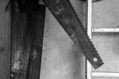 Μονοχρωματικό υπόβαθρο με τα χρησιμοποιημένα πριόνια στοκ εικόνες