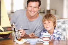 Μοντέλο πατέρων που κάνει με το γιο Στοκ φωτογραφία με δικαίωμα ελεύθερης χρήσης