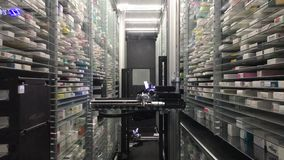 12 09 2018 Μοντένα - μελλοντικό αυτόματο ρομπότ αποθηκών εμπορευμάτων φαρμακείων τεχνολογίας αυτόματο για το κατάστημα, ηλεκτρονι φιλμ μικρού μήκους