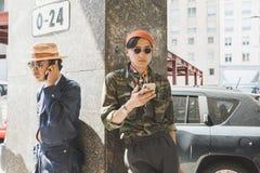 Μοντέρνα άτομα που θέτουν κατά τη διάρκεια των ατόμων του Μιλάνου εβδομάδα μόδας ` s Στοκ φωτογραφία με δικαίωμα ελεύθερης χρήσης
