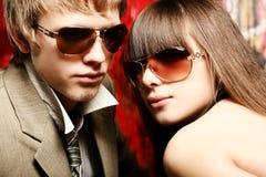 μοντέρνα γυαλιά ηλίου ζευγών που φορούν τις νεολαίες στοκ φωτογραφία με δικαίωμα ελεύθερης χρήσης