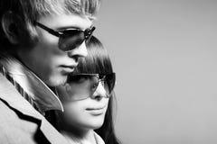 μοντέρνα γυαλιά ηλίου ζευγών που φορούν τις νεολαίες στοκ εικόνες