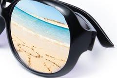 Μοντέρνα γυαλιά ηλίου σε ένα άσπρο υπόβαθρο στοκ εικόνες