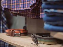 Μοντέρνα ενδύματα τζιν καταστημάτων checkered shirt Akksesua ραφιών Στοκ φωτογραφία με δικαίωμα ελεύθερης χρήσης