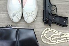 Μοντέρνα εξαρτήματα που τίθενται για τα κορίτσια και το πυροβόλο όπλο Εξαρτήματα γυναικών Στοκ Φωτογραφία