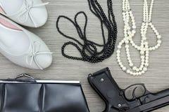 Μοντέρνα εξαρτήματα που τίθενται για τα κορίτσια και το πυροβόλο όπλο Εξαρτήματα γυναικών Στοκ Φωτογραφίες