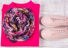 Μοντέρνα θηλυκά ενδύματα στο ροζ Ενδύματα γυναικών ` s Στοκ Εικόνα