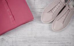 Μοντέρνα θηλυκά ενδύματα στο ροζ Ενδύματα γυναικών ` s Στοκ φωτογραφία με δικαίωμα ελεύθερης χρήσης