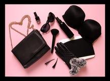Μοντέρνα θηλυκά εξαρτήματα στο μαλακό ρόδινο υπόβαθρο Ο συμπλέκτης, γυαλιά ήλιων, στιλβωτική ουσία καρφιών, στηθόδεσμος, makeup β στοκ φωτογραφίες με δικαίωμα ελεύθερης χρήσης