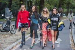 Μοντέρνα κορίτσια στην εβδομάδα μόδας του Μιλάνου Στοκ Εικόνες