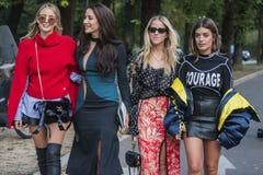 Μοντέρνα κορίτσια στην εβδομάδα μόδας του Μιλάνου Στοκ φωτογραφίες με δικαίωμα ελεύθερης χρήσης