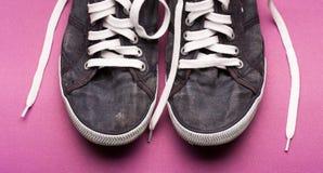 Μοντέρνα μπλε παπούτσια γυμναστικής με τις άσπρες δαντέλλες Στοκ εικόνες με δικαίωμα ελεύθερης χρήσης