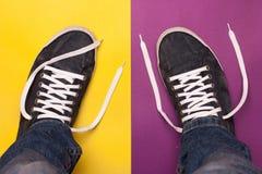 Μοντέρνα μπλε παπούτσια γυμναστικής με τις άσπρες δαντέλλες Στοκ Φωτογραφίες
