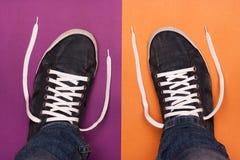 Μοντέρνα μπλε παπούτσια γυμναστικής με τις άσπρες δαντέλλες Στοκ Εικόνες