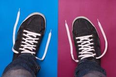 Μοντέρνα μπλε παπούτσια γυμναστικής με τις άσπρες δαντέλλες Στοκ φωτογραφίες με δικαίωμα ελεύθερης χρήσης