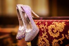 Μοντέρνα νυφικά παπούτσια πολυτέλειας με τα κοσμήματα γάμος σκαλοπατιών πορτρέτου φορεμάτων έννοιας νυφών Στοκ εικόνες με δικαίωμα ελεύθερης χρήσης
