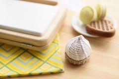 Μοντέρνα ξύλινα και παιχνίδια Amigurumi Ξύλινες κατασκευαστής βαφλών και βάφλες και πλεκτός macarons και κέικ στο ξύλινο υπόβαθρο στοκ εικόνες