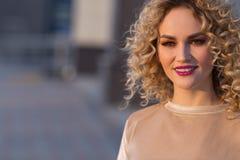 Μοντέρνα προκλητικά νέα ξανθά πορτρέτα οδών γυναικών στοκ φωτογραφία