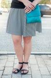 Μοντέρνα πόδια γυναικών που φορούν τα σανδάλια Στοκ φωτογραφία με δικαίωμα ελεύθερης χρήσης