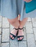 Μοντέρνα πόδια γυναικών που φορούν τα σανδάλια Στοκ εικόνες με δικαίωμα ελεύθερης χρήσης