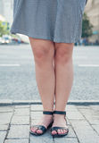 Μοντέρνα πόδια γυναικών που φορούν τα σανδάλια Στοκ Εικόνα