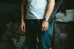 Μοντέρνα σύγχρονα κλασικά τζιν και μια άσπρη μπλούζα Στοκ φωτογραφία με δικαίωμα ελεύθερης χρήσης
