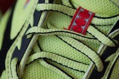 Μοντέρνα φωτεινά παπούτσια γυμναστικής σε ένα υπόβαθρο χρώματος Στοκ Φωτογραφία