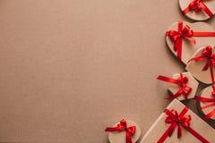 Μοντέρνα δώρα με τις κόκκινες κορδέλλες Στοκ Εικόνες